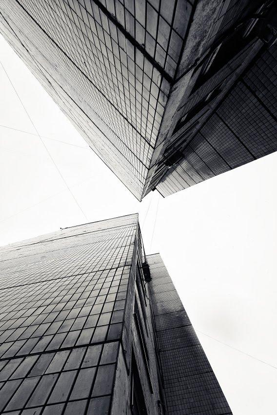 Точка схождения converging point grey tall city walls высокие стены геометрия линий автор Демидов Игорь