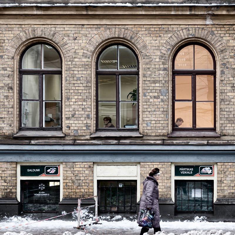 tree windows three persons wall winter city три окна три человека автор Демидов Игорь