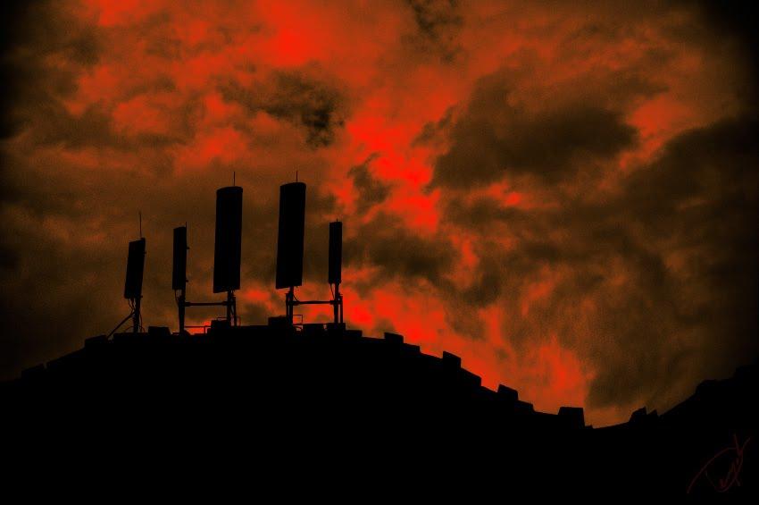 dark cloudy red sky high wall высокие стены темное небо GSM передатчик автор Демидов Игорь