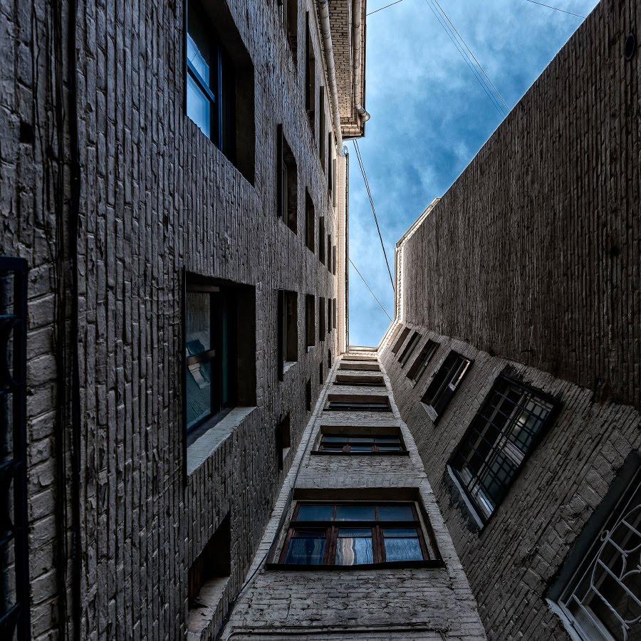 недостающий фрагмент стены колодец двора небо автор Демидов Игорь sky walls bricks lost fragment