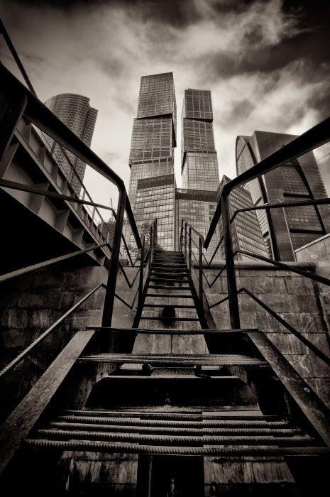 ржавые ступени ведут наверх к небоскрёбу автор Демидов Игорь rusty steps leads to the sky-scrapper