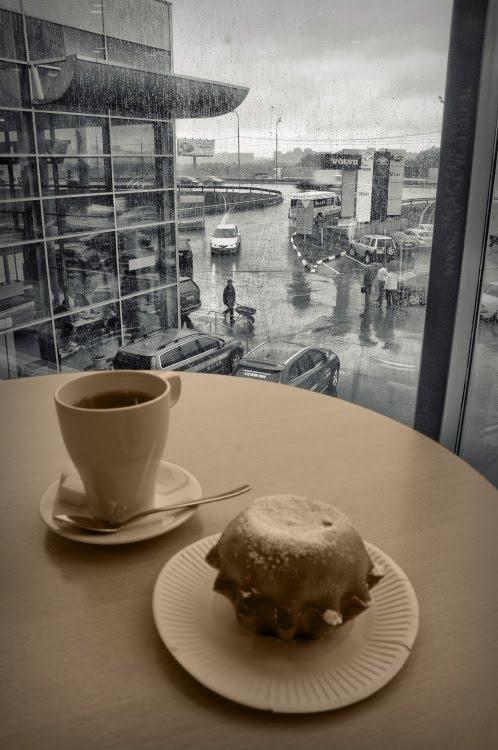 wet window rain caffe cup tea cake за окном дождь на столе чашка чаю и кекс автор демидов Игорь
