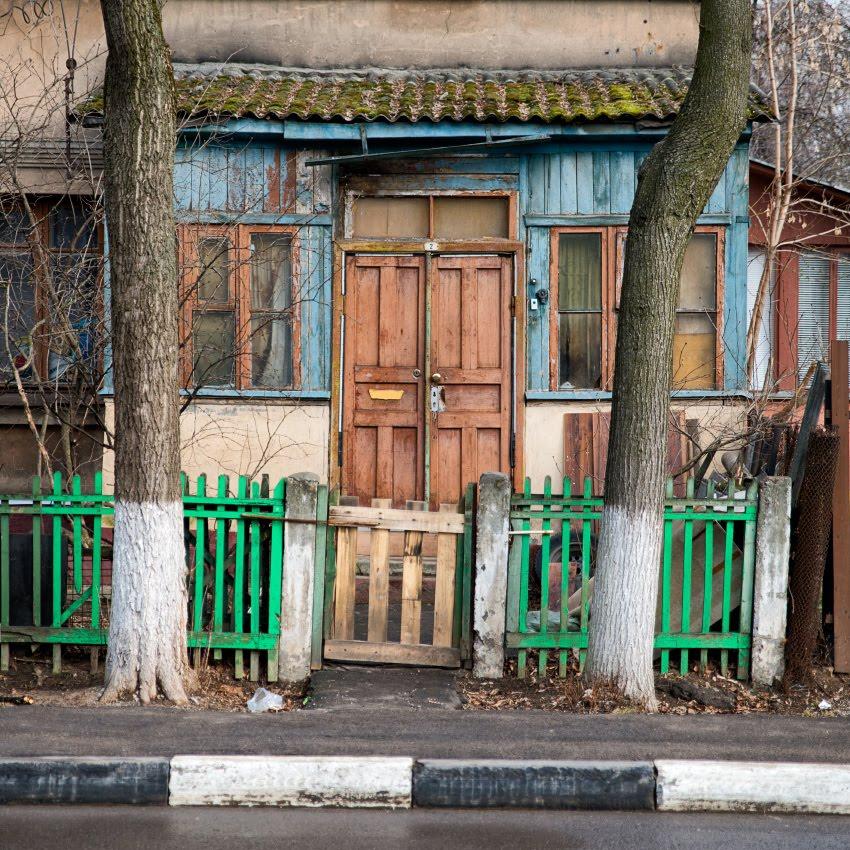 забор калитка дом деревянный окна стволы парапет автор Демидов Игорь fence door wooden house