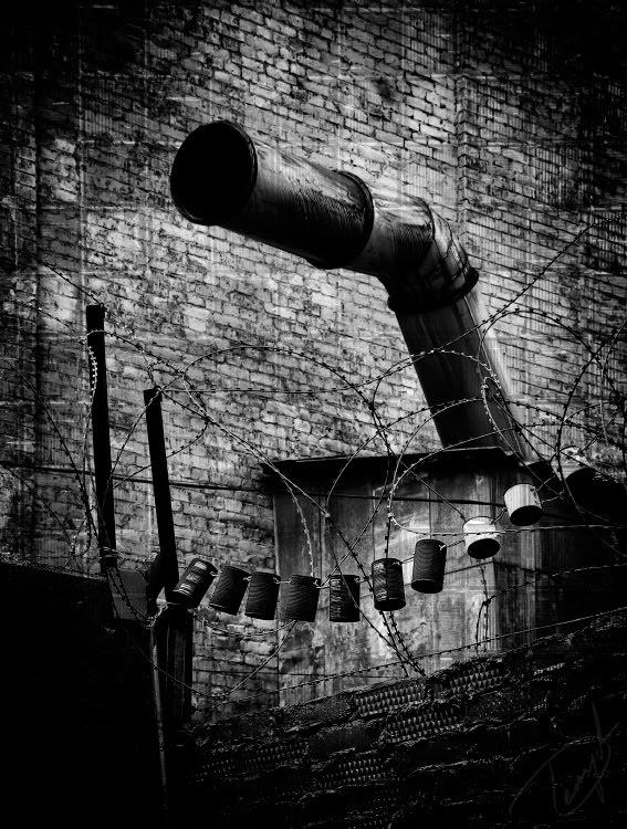 ugly pipe barbed wire metal cans bricks уродливая труба ожерелье из банок и колючей проволоки авотр Демидов Игорь
