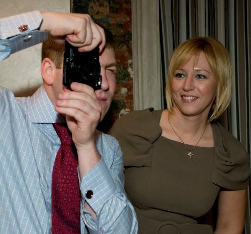 мужчина в шляпе фотографирует девушка наблюдает автор Демидов Игорь