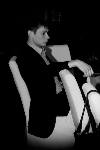 юноша на стуле скучает автор Демидов Игорь