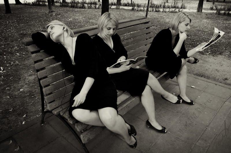 young woman spending time on the park bench молодая девушка проводит время на парковой скамейке автор Демидов Игорь