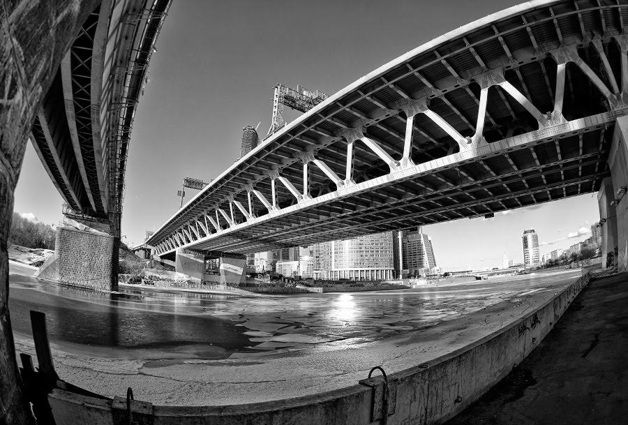melting ice melting curves bridges over the frozen river изогнутые кривые металлических мостов над замерзшей рекой автор фотографии Демидов Игорь