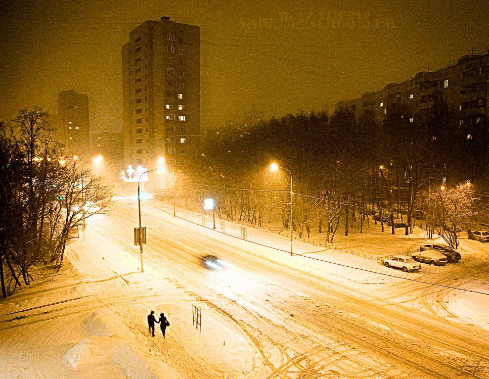 couple walking at night under snowfall пара идёт ночью под снегопадом автор Демидов Игорь