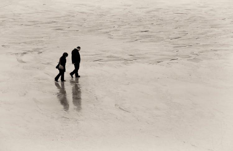 man woman walking together along sea shore мужчина и женщина идут вместе по берегу моря по пляжу автор Демидов Игорь