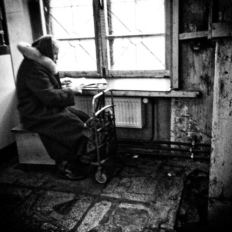 old woman reading letter in dark dirty post старушка читает письмо на грязном почтамте автор Демидов Игорь