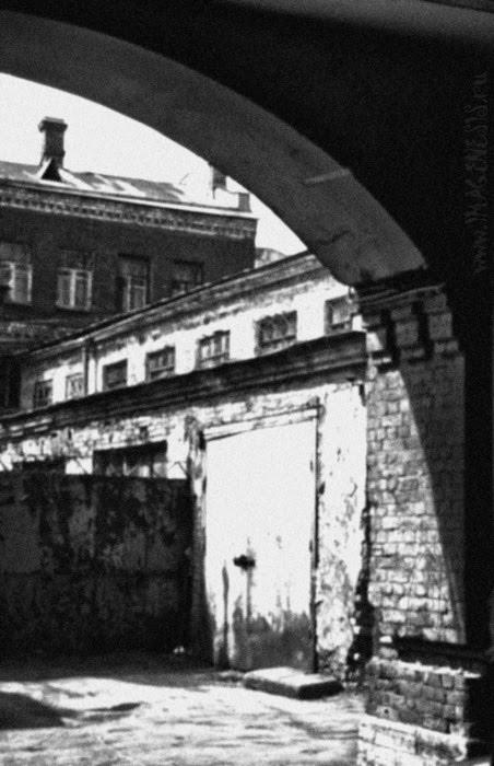 gateway yard brick walls rusty gates кирпичные стены ржавые ворота автор Демидов Игорь