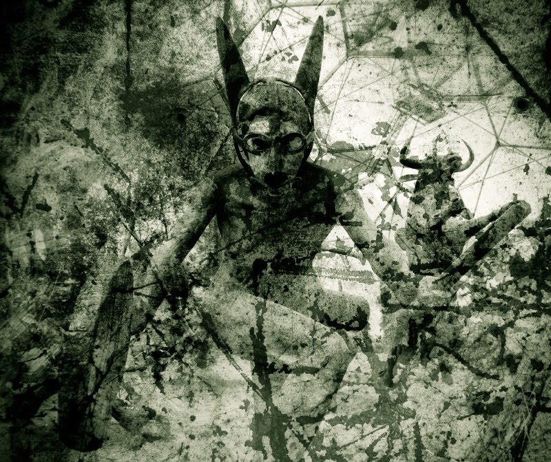 женщина жрица древнего культа барабан маска очки мракобесие obscurantism priestess glasses mask woman black ancient cult percussion