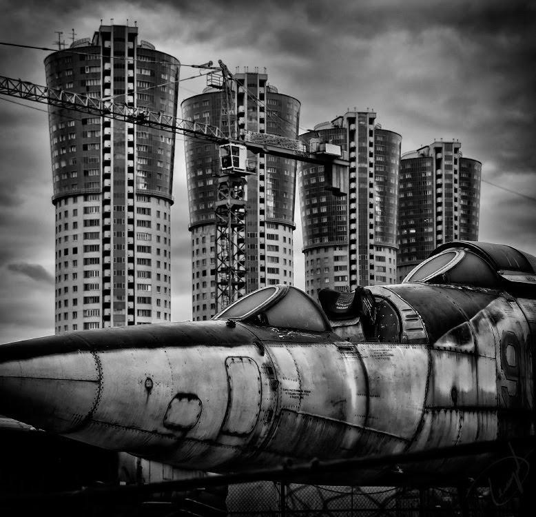 Дома как огромные поршни мотора гниющий истребитель никогда не взлетит автор Демидов Игорь rusty fighter will never fly again buildings like giant engine pistons
