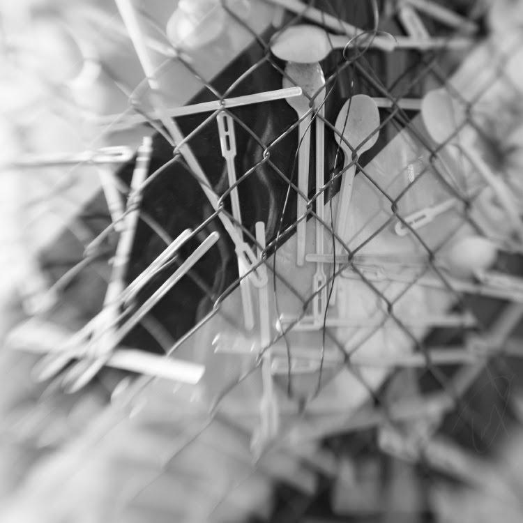 пластиковые вилки ложки ножи зебра сетка рабица автор Демидов Игорь plastic spoon fok nife black white stripes metal net