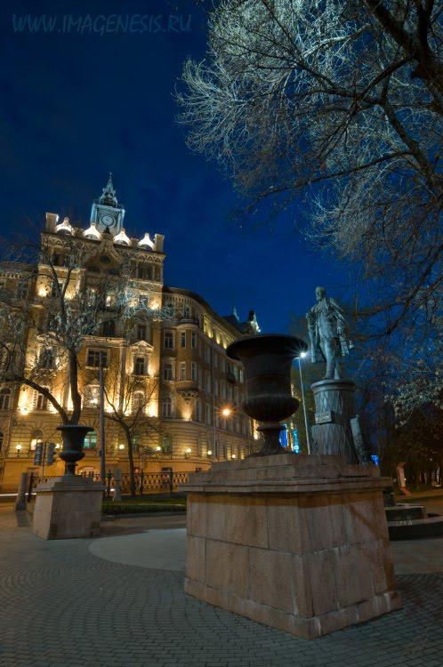street night scape statue modern building ночнь на бульваре паамятник фонарь дерево автор Демидов Игорь