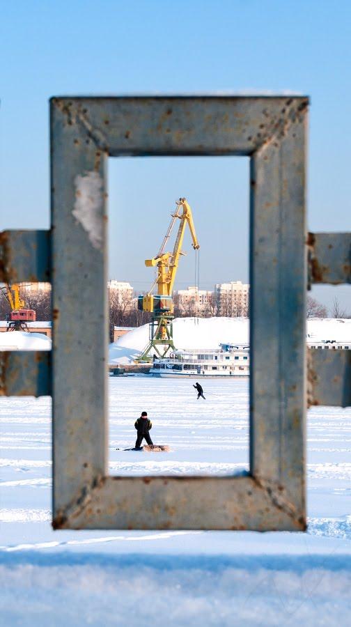 Солнечный зимний день на реке в рамке забора автор Демидов Игорь Sunny winter day on river in frame of fence