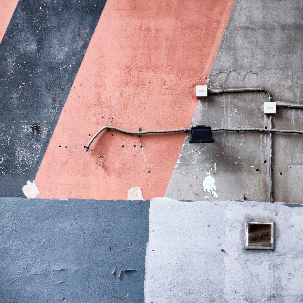 Стена серая краска розовая голубая провода обрыв автор Демидов Игорь concrete wall paint wires
