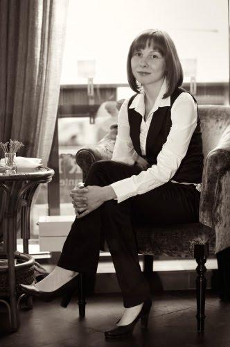 девушка за столиком в кафе автор Демидов Игорь