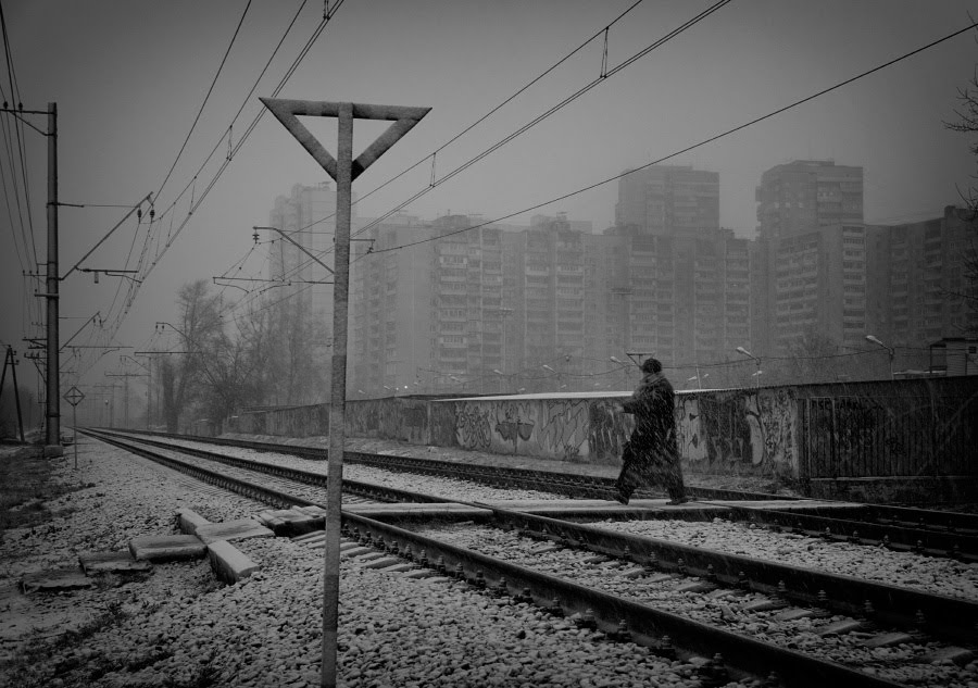пешеход снегопад мокрый снег железная дорога  автор Демидов Игорь railway wet snow snowfall dark day