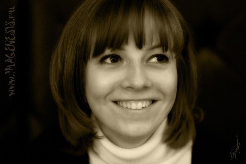 smiling girl attractive smile приятно улыбающаяся девушка озорная улыбка автор Демидов Игорь