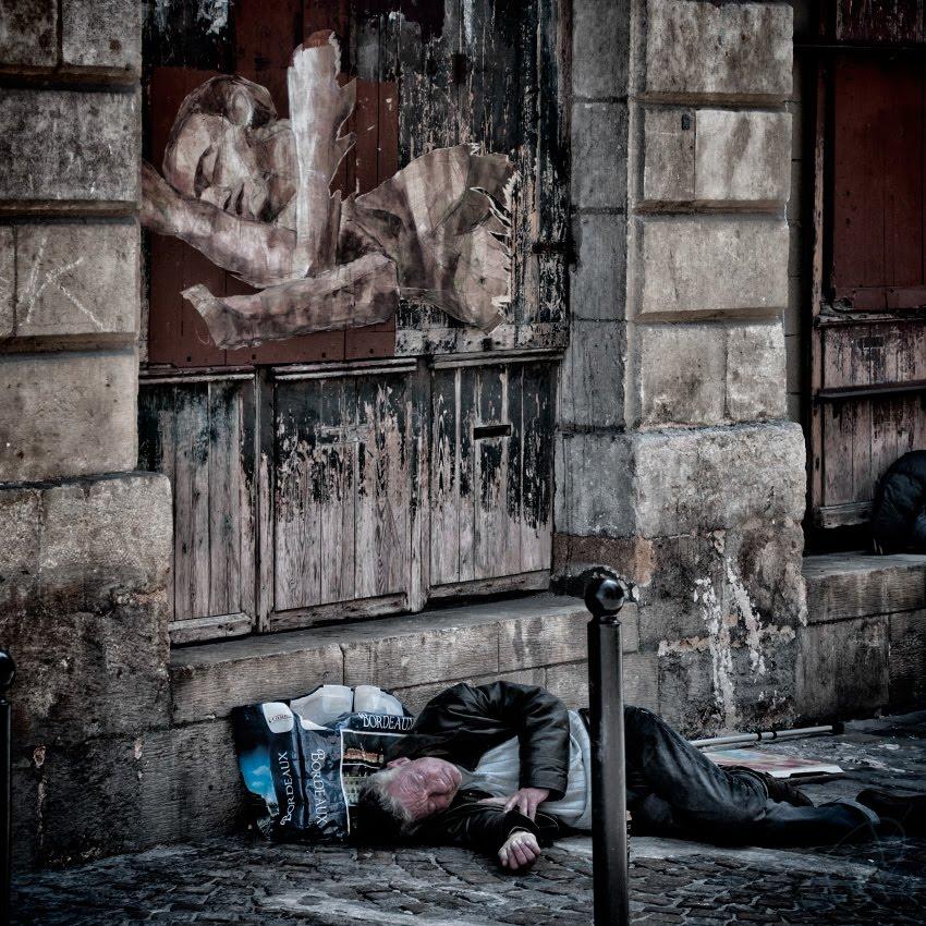 In a dream sleeping man under painting of sleeping boy спящий человек под граффити спящего юноши автор фото Демидов Игорь
