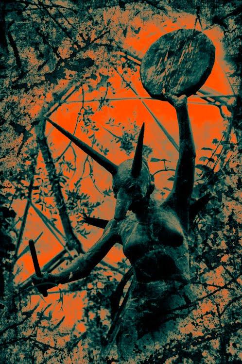 женщина жрица древнего культа барабан маска волка собаки мракобесие obscurantism priestess wolf mask woman black ancient cult percussion