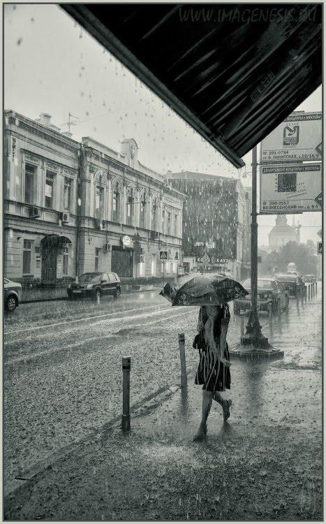 girl walking under summer rain девушка идёт под летним дождём автор Демидов Игорь