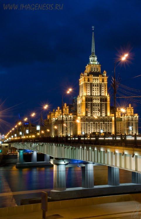 hotel ukraine night scene with bridge Ночной вид на гостиницу Украина и Новоарбатский мост автор Демидов Игорь