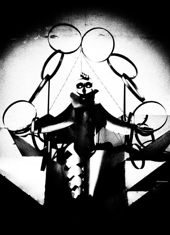 Шут паяц жонглер стальной кидает кольца steel jester juggler throwing rings автор Демидов Игорь