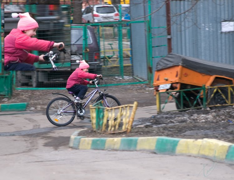 Ребёнок быстро едет на велосипеде заходит в поворот автор Демидов Игорь child rides bicycle with great speed and getting dangerous turn