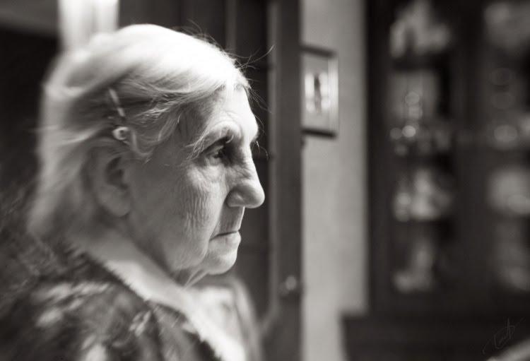 Воспоминания возвращаются пожилая женщина задумалавсь автор Демидов Игорь old woman in reverie old memories come back