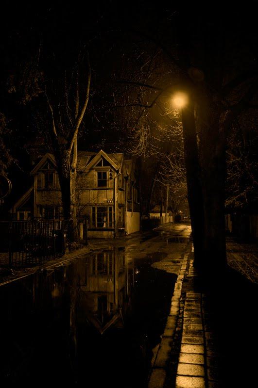 старый деревянный дом в тёмном переулке дождливой ночью в Юрмале авотр Демидов Игорь old wooden house in dark alley in rainy night