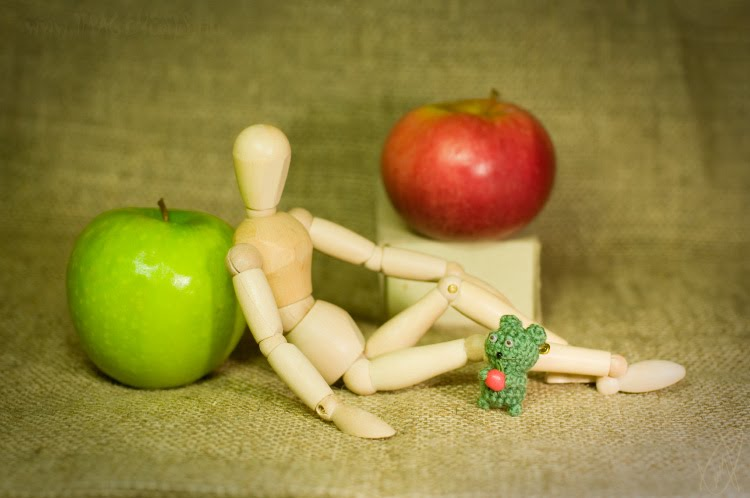 little gift to wooden mannequin from little green creature apples подарок деревянному манекену от зелёного существа яблоки автор Демидов Игорь