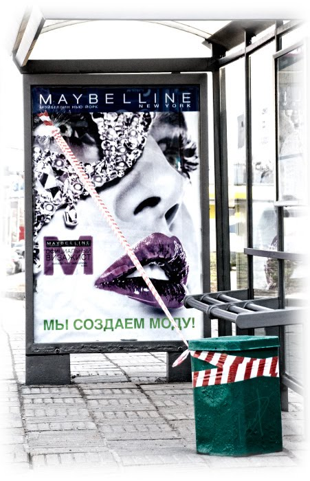 краска свежая ведро мусорная помада губная мода связь яркая лента автор Демидов Игорь fresh paint lip stick trash bin bus stop