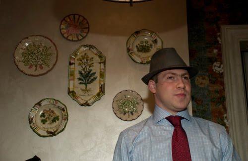 Торжественный вид портрет мужчины с тарелками автор Демидов Игорь