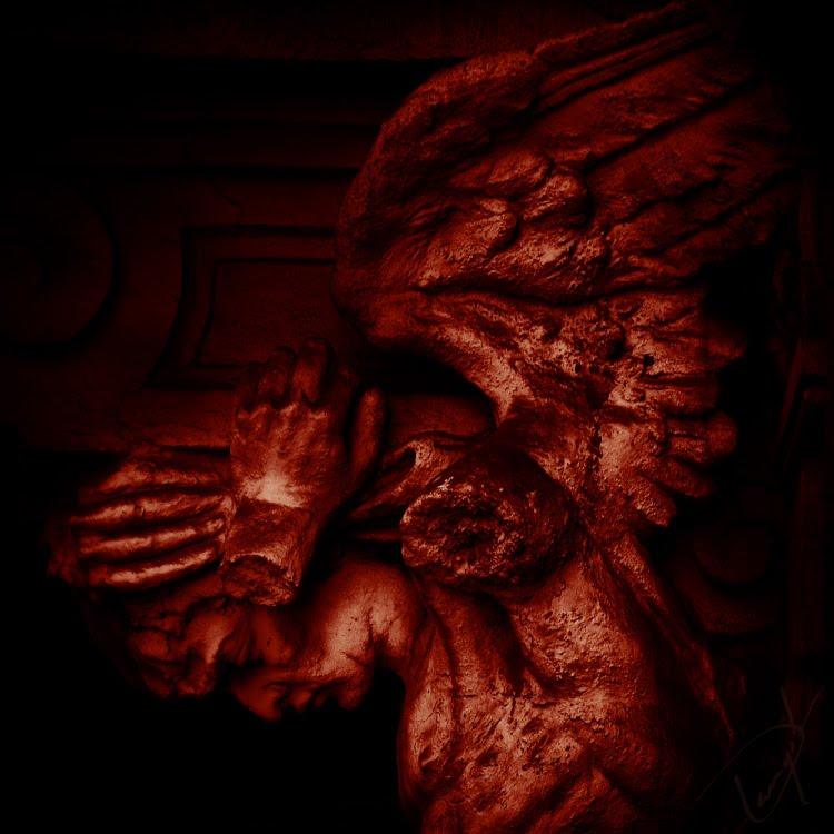 Angel broken hamnds dark red color statue статуя ангела со  сломанными руками красный тёмный цвет автор Демидов Игорь
