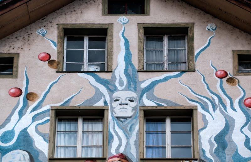 Швейцария Люцерна дом граффити уличное искусство сказочные персонажи автор фото Демидов Игорь голубой джокер Switzerland Luzern street art mural painting author Ottiger 85 blue joker