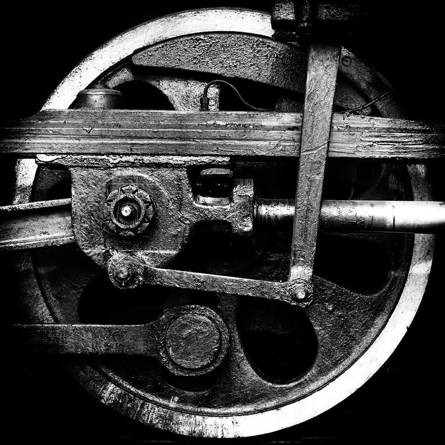 iron wheel black white photography чугунное колесо паровоза автор фото Демидов Игорь
