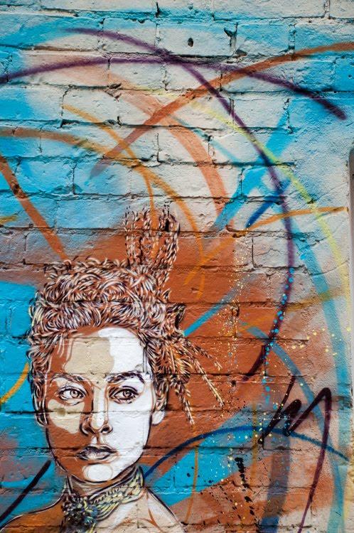 с215 Christian Guémy street art mural painting woman in vortex of coloured lines уличное искусство граффити девшка в цветном вихре линий автор Фото Демидов Игорь