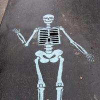 street art skeleton on the road Уличное искусство скелет на дороге