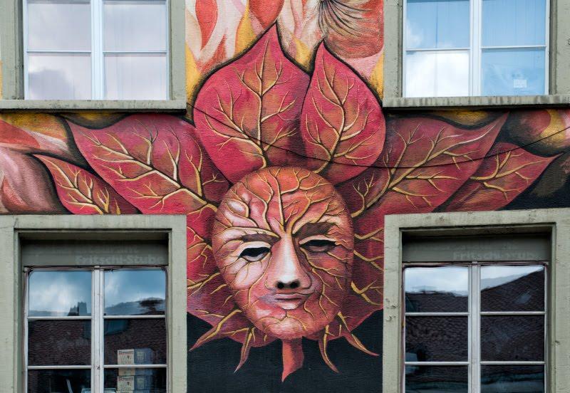 Швейцария Люцерна дом граффити уличное искусство сказочные персонажи автор фото Демидов Игорь человек в флоральной маске Switzerland Luzern street art mural painting author Ottiger 85 man in leaf mask
