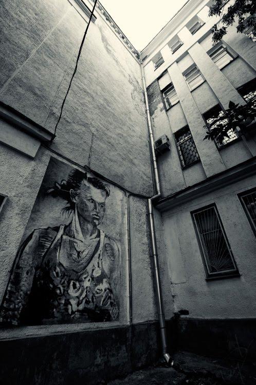 courtyard gloomy portrait of woman with flowers мрачный портрет в колодце двора женщины с цветами автор фото Демидов Игорь
