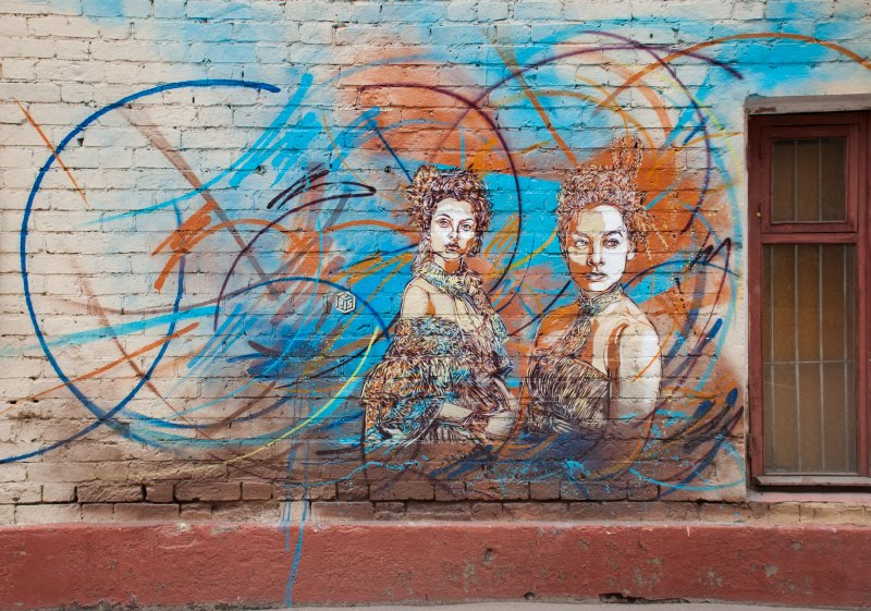 с215 Christian Guémy two women in vortex street art painting mural уличное искусство граффити две девушке в вихре автор Фото Демидов Игорь