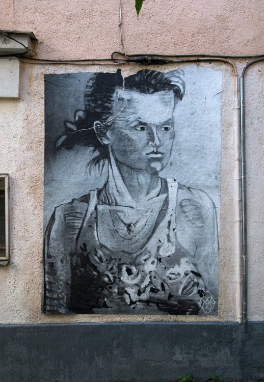 Настенный портрет женщины с ветами графити mural painting woman with flowers on the wall