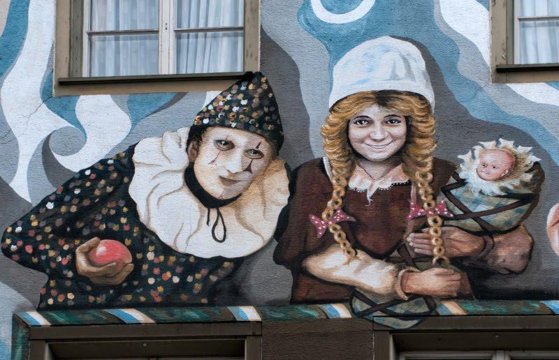 Швейцария Люцерна дом граффити уличное искусство сказочные персонажи автор фото Демидов Игорь арлекин мать с ребенком Switzerland Luzern street art mural painting author harlequin mother and child Ottiger 85