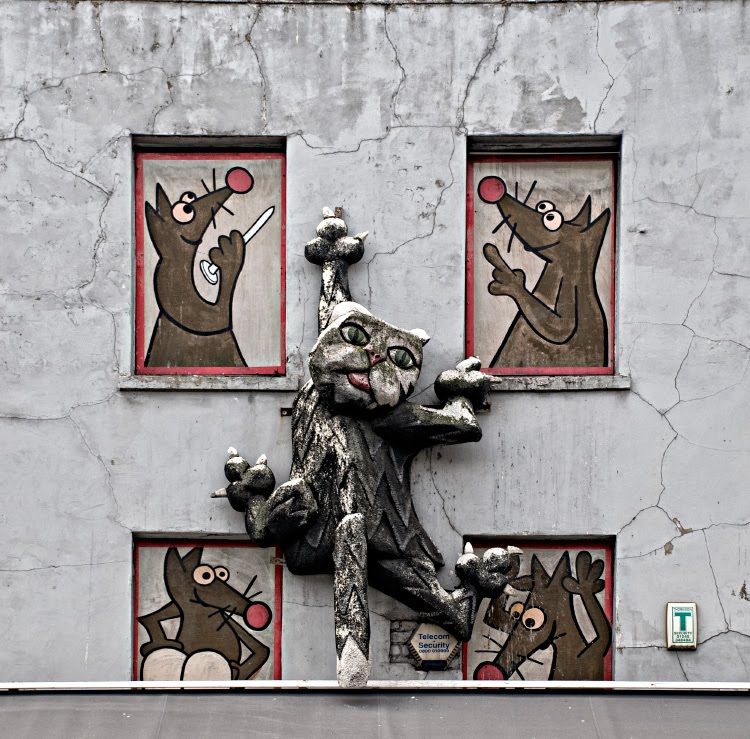 Кот карабкается на стену дома а мыши издеваются над ним и колят лаы автор фото Демидов Игорь Camden London street art cat and mices fight on the wall