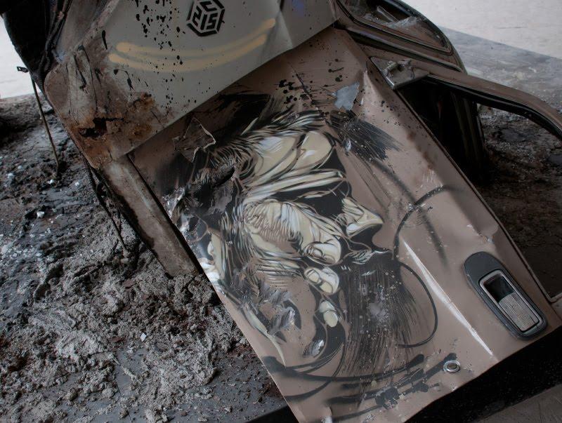 портрет бородатое лицо на двери разбитой машины волги уличное искусство с215 Christian Guémy граффити автор фото Демидов Игорь graffiti street art  painting moscow Art Play