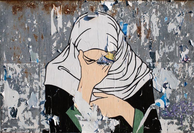 плачущая женщина в платке уличное искусство Турина бумажный постер на рекламном щите автор фото Демидов Игорь crying woman in shawl paper poster on adv  board in Torin