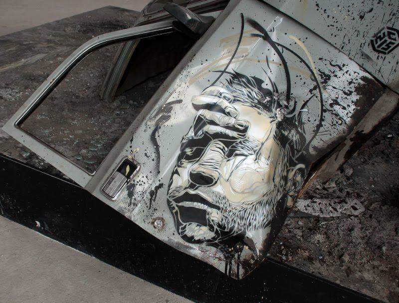 с215 Christian Guémy лицо на разбитой машине дверь волги уличное искусство граффити автор фото Демидов Игорь graffiti street art painting crashed car face Art Play